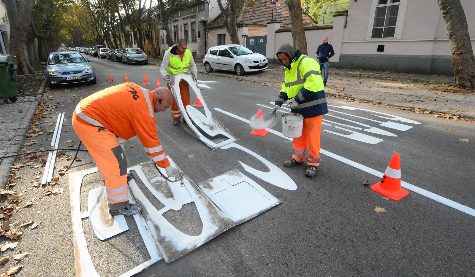 Indul a kiváló láthatóságú  útburkolati jelek festése