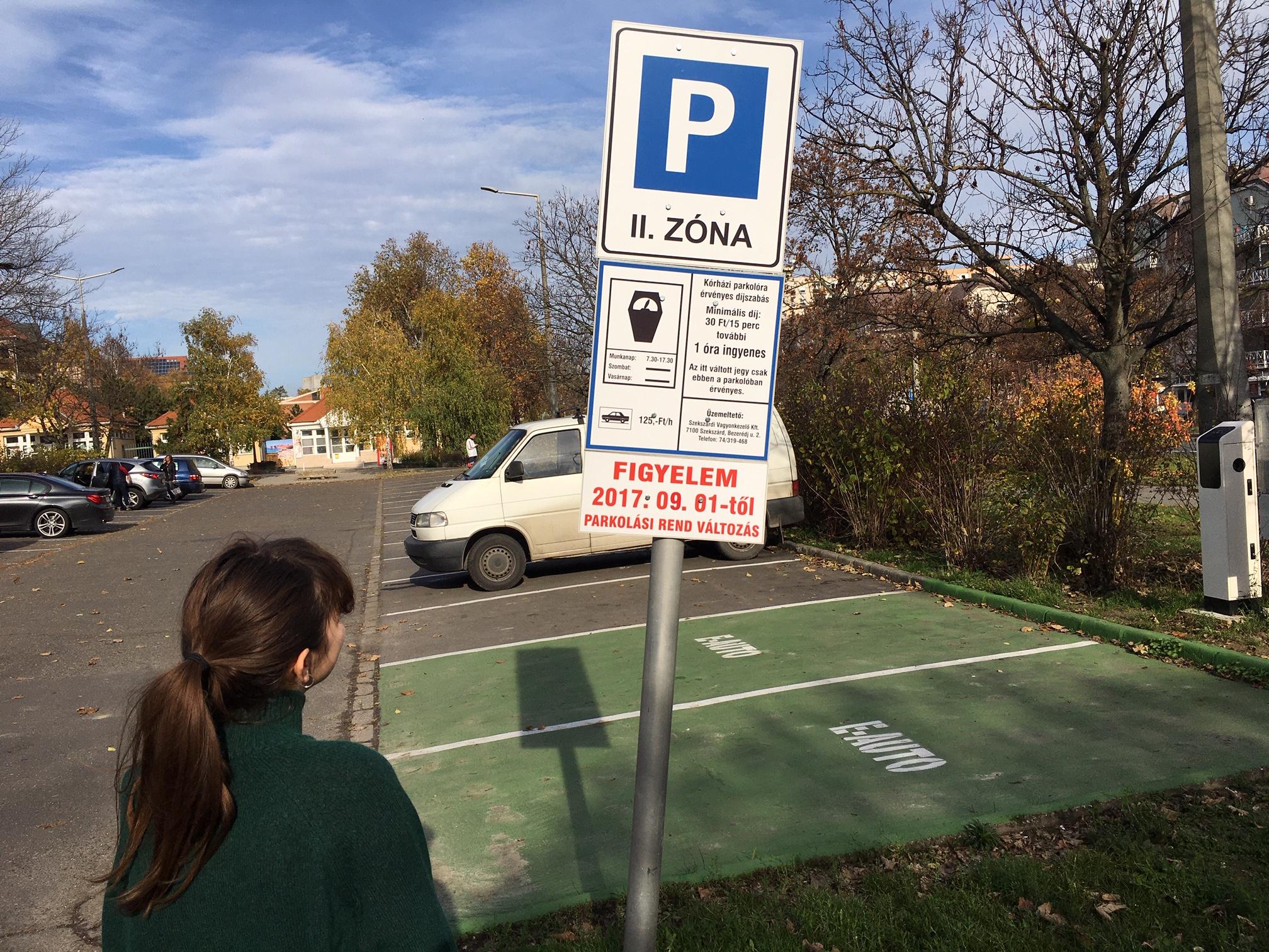Autósok, figyelem! Megszűnik az ingyenes parkolás