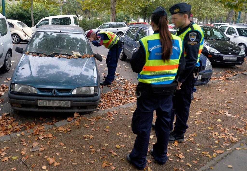 Elszállítják a közterületen szabálytalanul tárolt autókat
