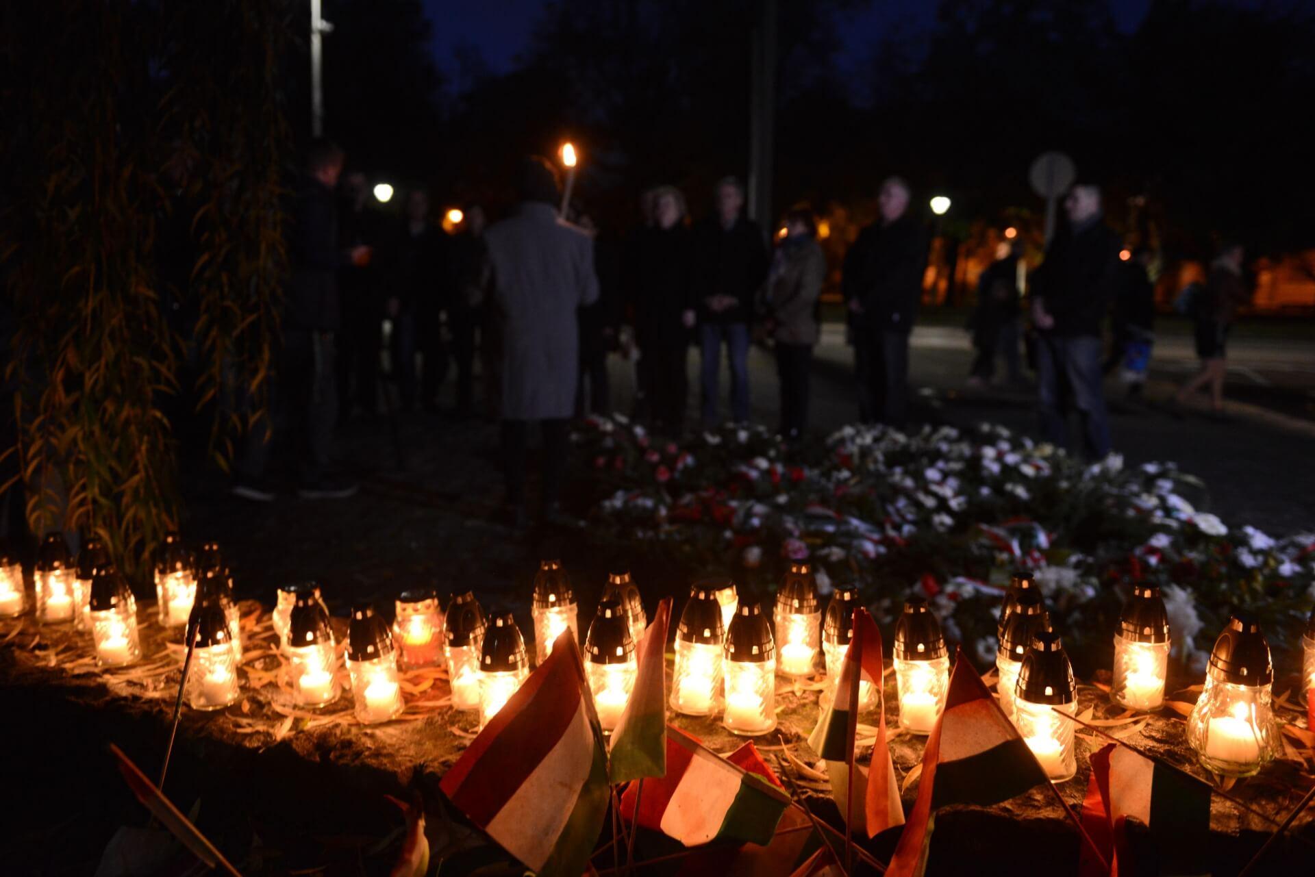 A forradalom áldozataira emlékeztek az emlékműnél
